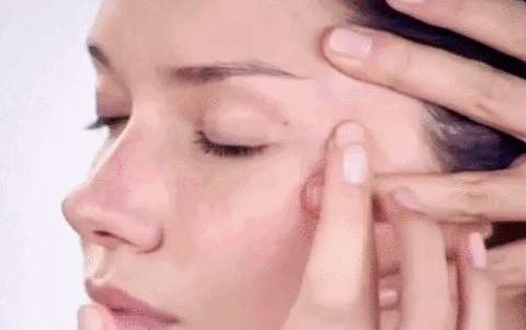 涂抹眼霜的正确方法 眼霜的正确使用时间