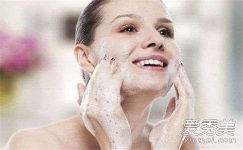 去角质在洗脸前还是洗脸后 去角质在洗面奶之前吗_青蚨护肤品安全吗