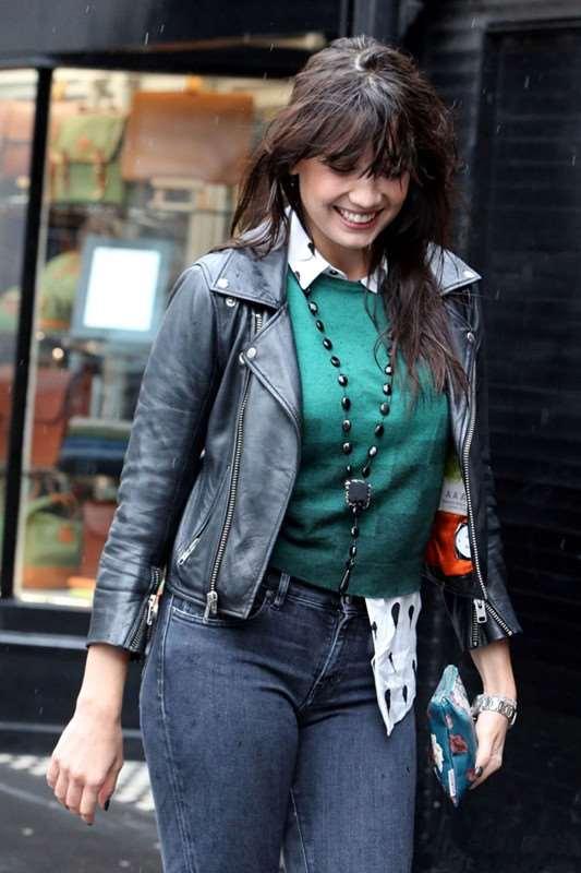 Daisy Lowe 衬衫+皮夹克雨天帅气出街购物