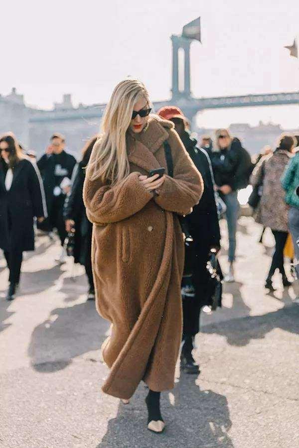 驼色羊羔绒外套怎么搭配 不当小胖熊