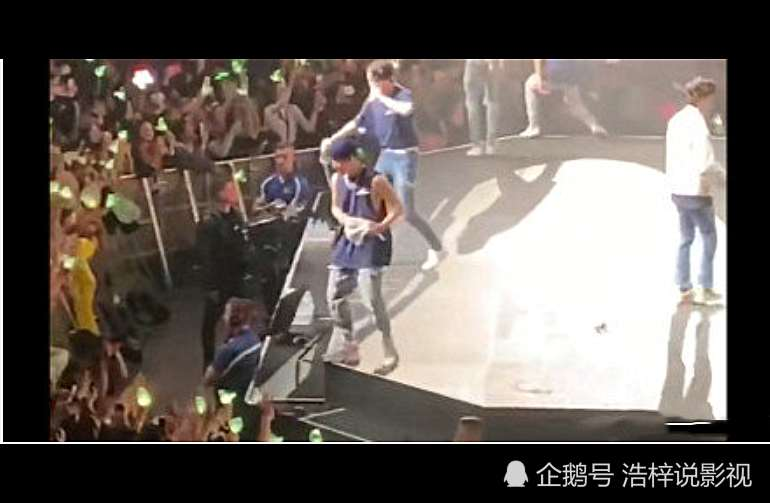 意外!王嘉尔踩空摔下舞台!躺在地下还不忘安慰粉丝真的超级暖!