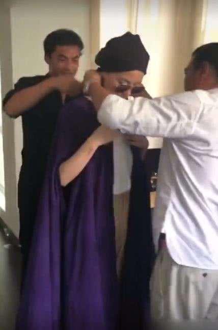 王菲工作照曝光,两名助理帮她穿衣服,身材也太能打了吧