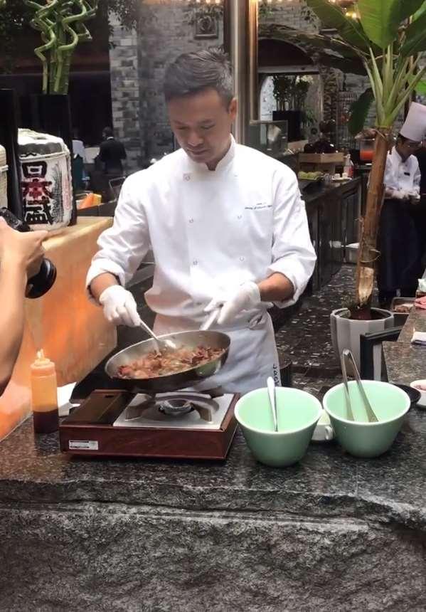 """""""林大厨""""在街头炒菜,看到无滤镜下的菜,网友:黄晓明说的没错"""