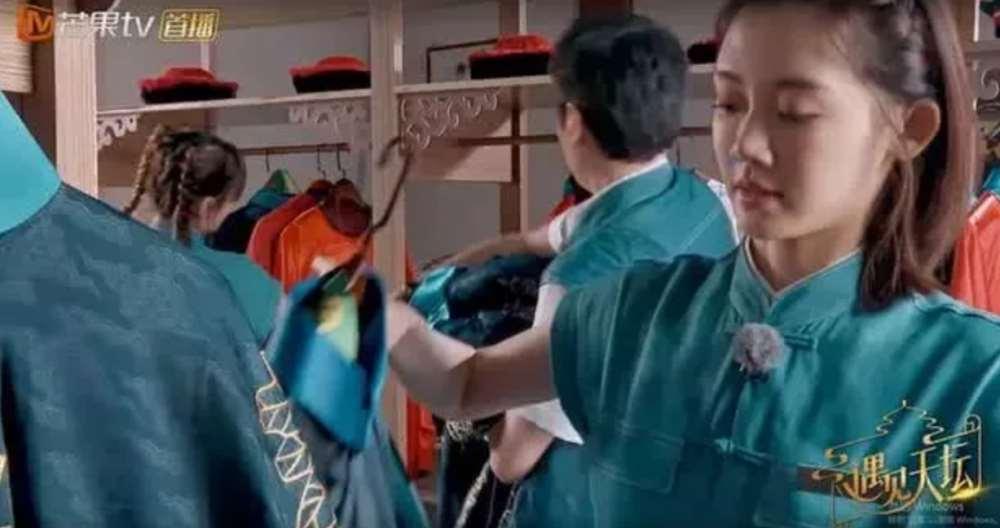 冯绍峰主动帮热巴拿衣服,有谁注意热巴下意识反应?网友:好样的