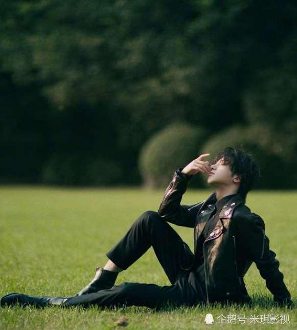 华晨宇户外拍写真,黑色皮衣搭配黑色裤子,帅到犯规