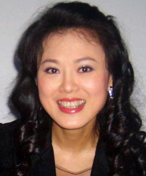 她两次比赛赢了蔡国庆,登上春晚两次,成名后却退出演艺圈