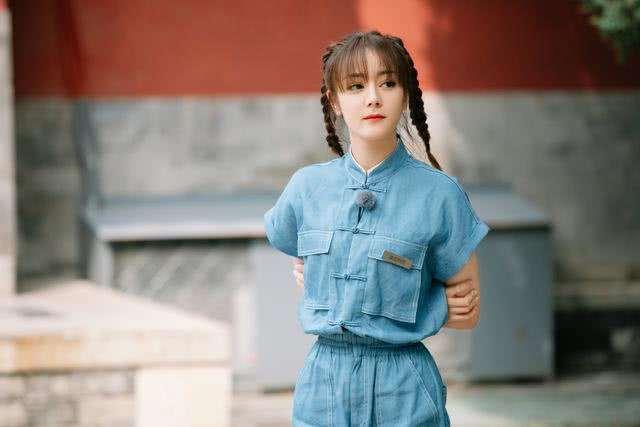 杨幂杨颖迪丽热巴新综艺同款衣服撞发型,强行装嫩够呛但热巴稳赢
