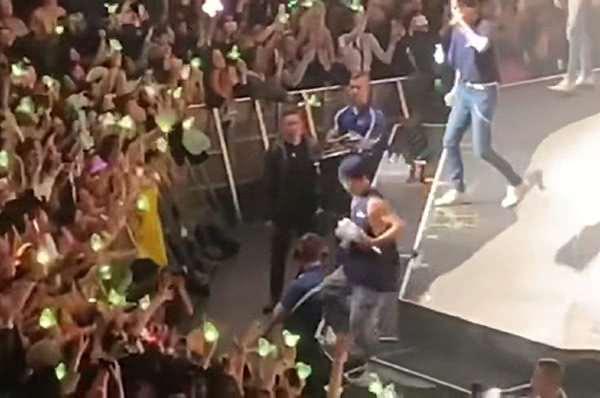 王嘉尔踩空摔下舞台,原因让粉丝谴责主办方,着实令人气愤