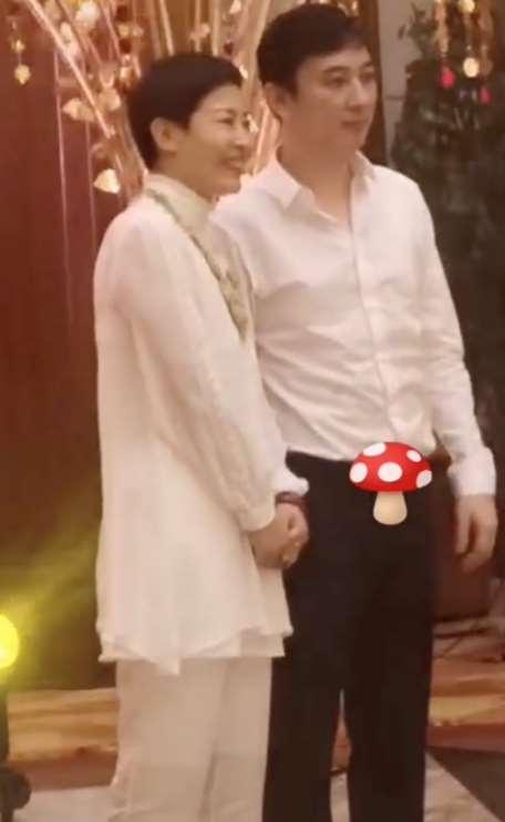 """王思聪婚礼遭大妈粉""""纠缠"""",合影之后被一把拉回继续拍个够"""