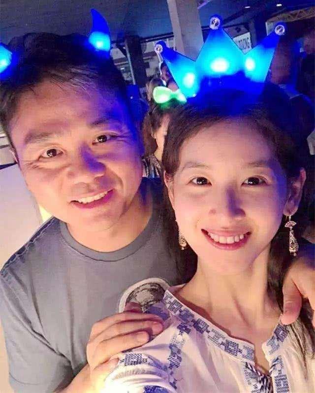 网友晒出和奶茶妹妹合照赞其太美,刘强东事件后章泽天越过越好?