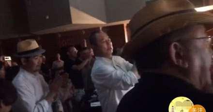 张国立王刚张铁林一起聚会看戏,61岁的邓婕气色不好显憔悴