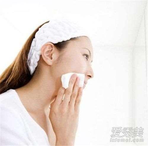 化妆水倒在手里往脸上拍打好,还是倒在化妆棉上往脸上涂好_依艾丽保养护肤套装