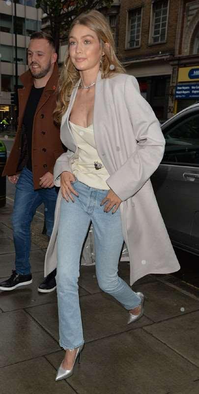 Gigi Hadid浅灰色大衣+牛仔裤   缎面吊带微露性感现身伦敦街拍