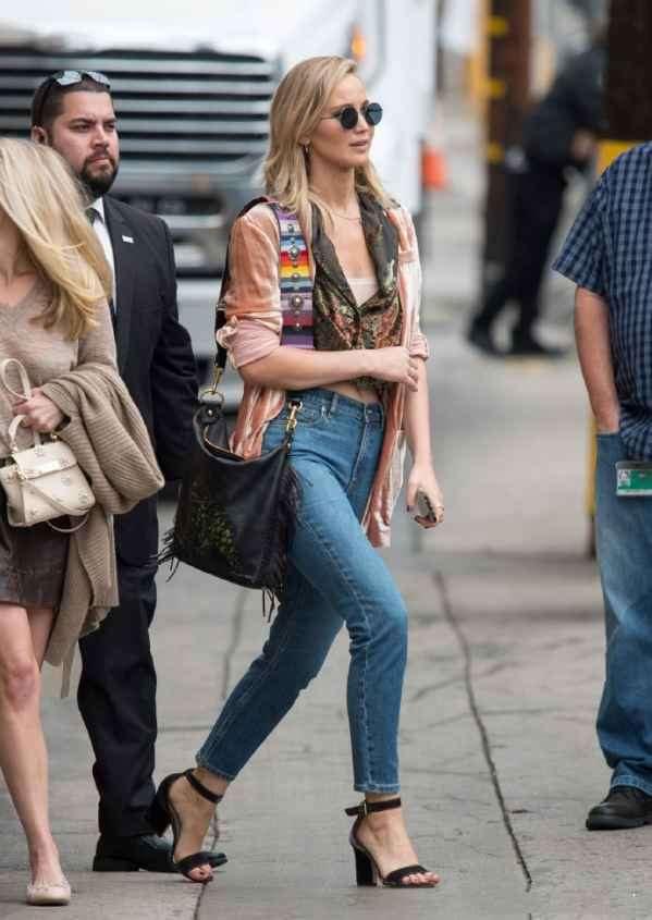 Jennifer Lawrence短款上衣牛仔裤大秀小蛮腰  背包实力抢镜