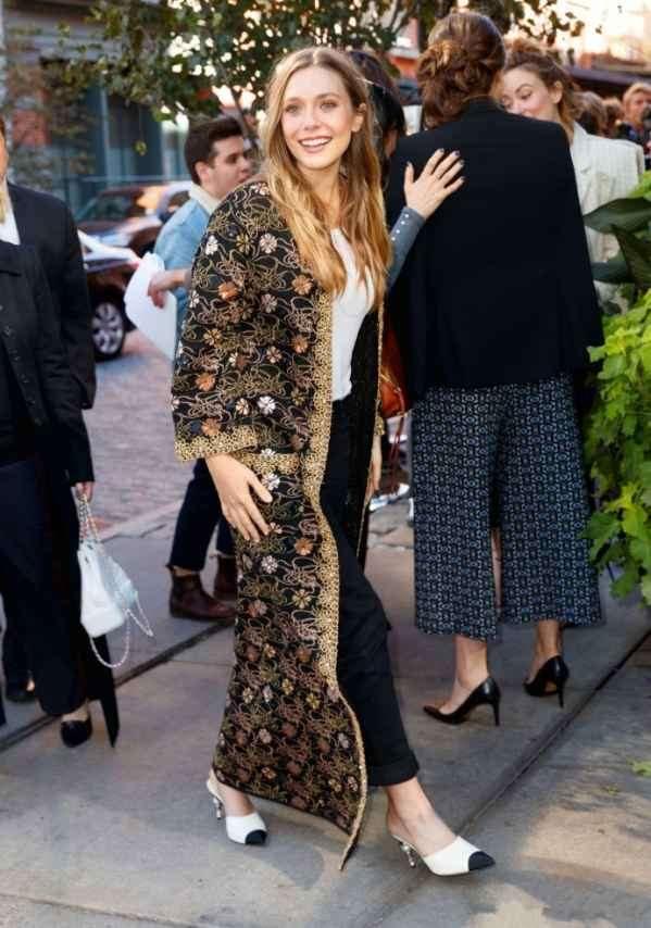 伊丽莎白·奥尔森出席活动街拍  黑色绣花长外套+无跟拖鞋惊艳镜头