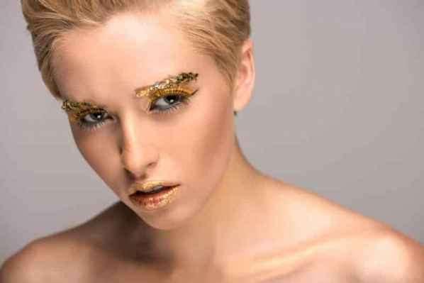 《消失的爱人》Emily Ratajkowski 活动look  金属耳环up时髦感