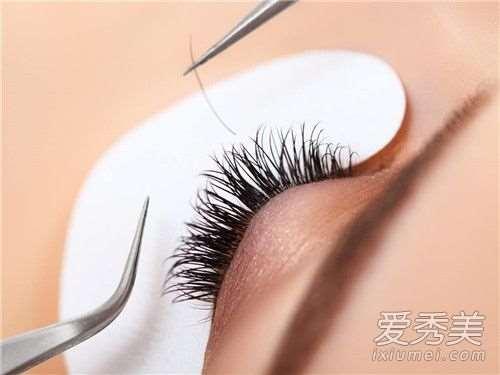 接假睫毛要把自己的睫毛剪掉吗 接假睫毛后眼睛红怎么办