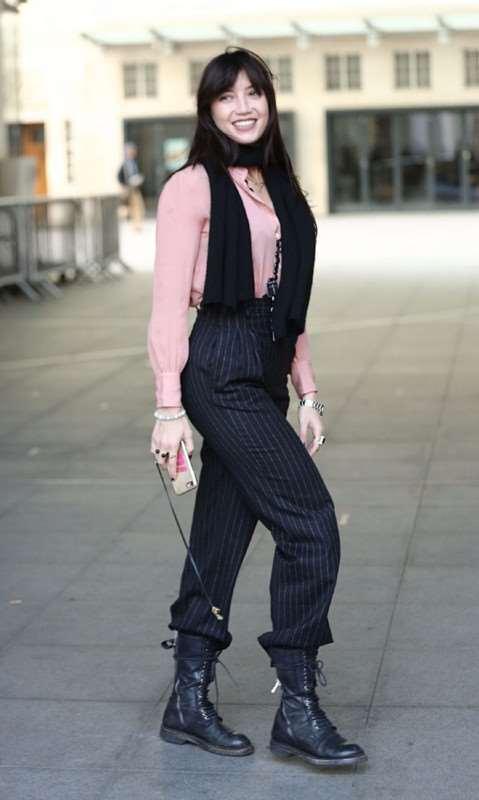 daisy lowe粉色衬衫+条纹西装裤 搭配裸靴帅气现身街拍
