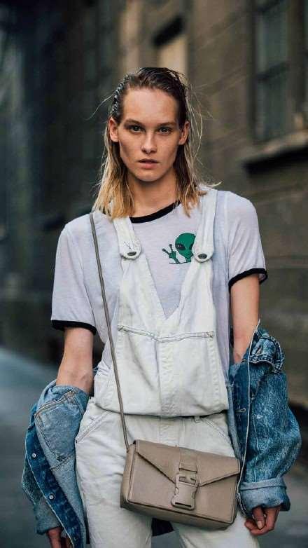 米兰时装周街拍  意大利博主华丽夸张时尚风采引领潮流