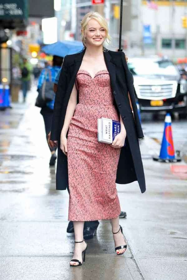 emma stone最新街拍 粉色抹胸裙搭配西装外套美似白雪公主