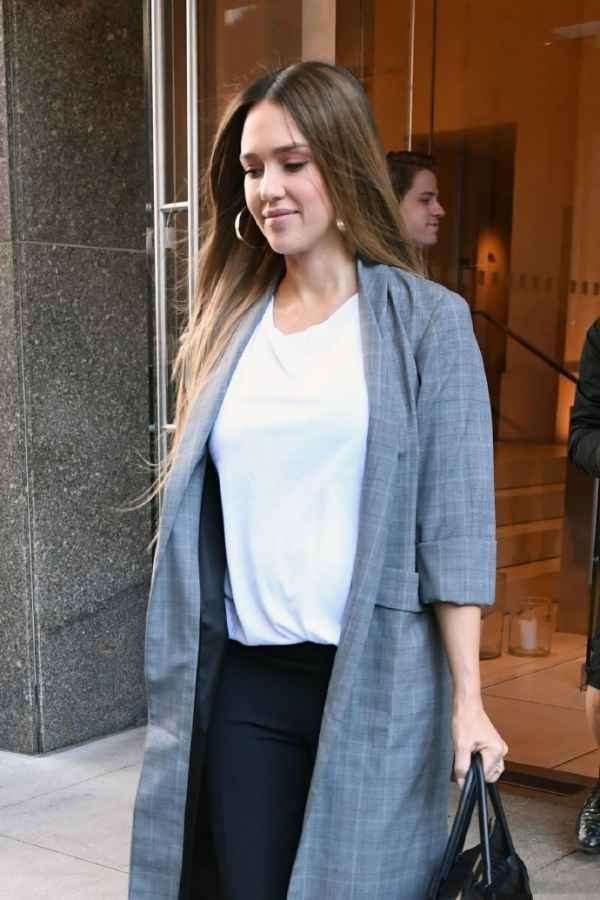 Jessica Alba 格子开衫+黑色西裤出街 低调休闲气场迷人