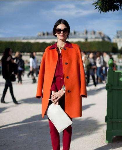 酒红色裤子怎么搭配 成熟女性的穿搭风格