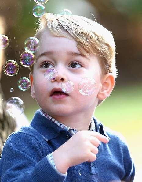 英国乔治小王子随父访问加拿大 吹泡泡萌翻了