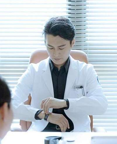 外科风云靳东戴的手表是什么牌子