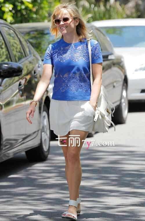 瑞茜·威瑟斯彭夏季穿衣搭配 舒适休闲轻松展时尚