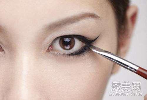 化妆技巧:用眼影代替眼线、指甲油、眉笔