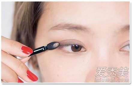 眼影代替眼线 6个化妆技巧放大双眼