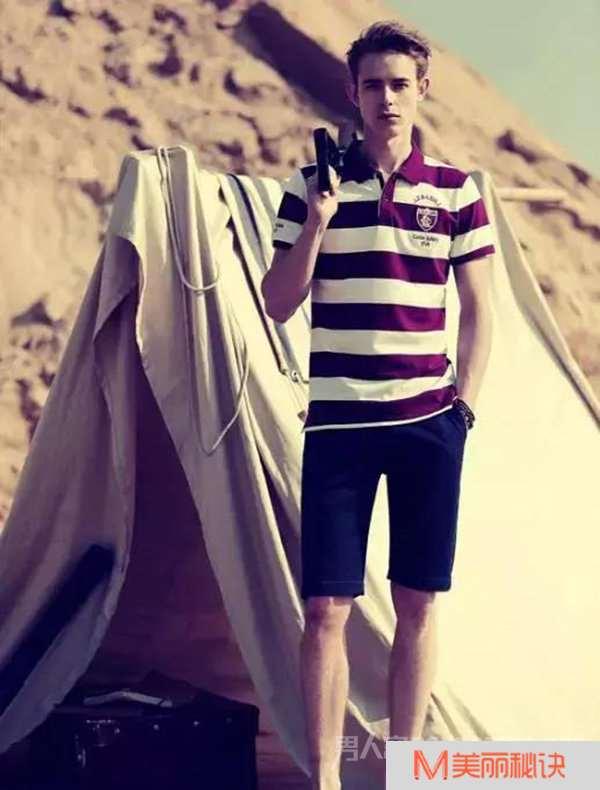 2玫瑰红条纹T恤加深蓝短裤