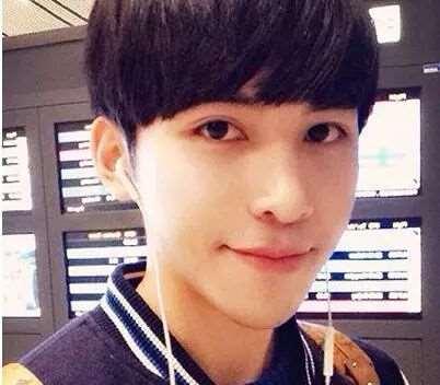 男生齐刘海锅盖头发型 这么剪帅气又可爱