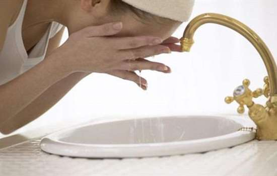 染头发染到脸上怎么洗掉 清洗染发剂的方法