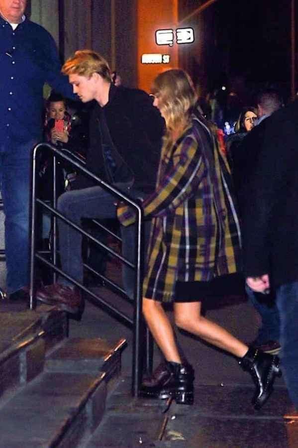 霉霉格子大衣搭配切尔西靴 与男友Joe Alwyn甜蜜现身纽约