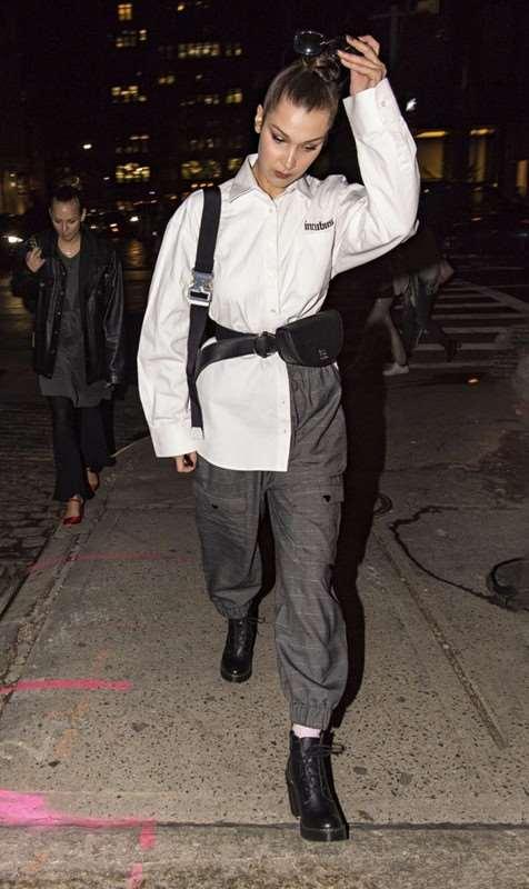 Bella Hadid中性风出街 腰包搭配墨镜气场全开