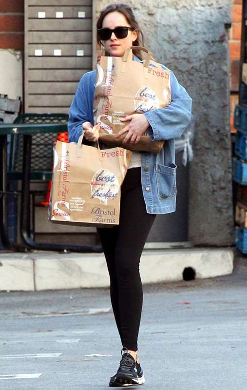 Dakota Johnson牛仔外套+黑色leggings出街  低调却星味十足~