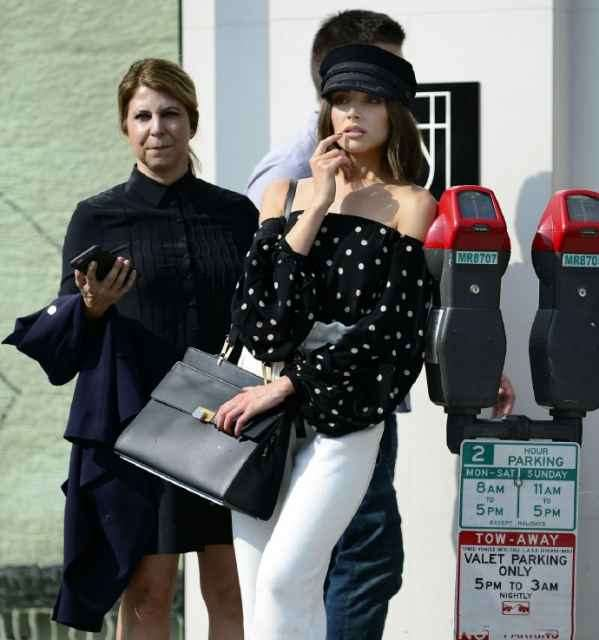 Olivia Culpo黑白波点装+纸袋裤清凉出街  搭配报童帽复古又有型