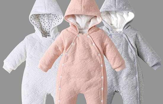 冬天宝宝穿连体衣好还是分体衣好 需根据场景选择衣服