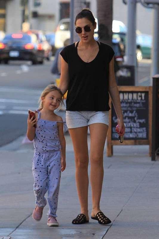神奇女侠盖尔·加朵带女儿现身街拍 休闲穿搭似姐妹装超有爱