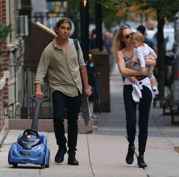 Candice Swanepoel现身街拍 单手抱娃与丈夫高级秀恩爱