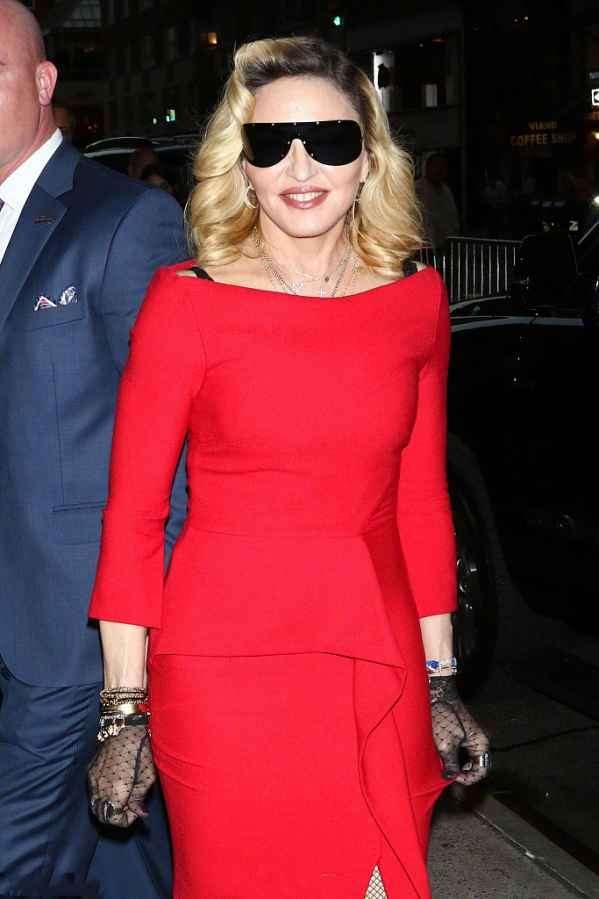 """""""流行女帝""""麦当娜Madonna现身街头  红裙大秀S曲线身材好到爆"""