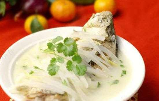 鱼汤怎么变白 乳白色鱼汤只需要这一步