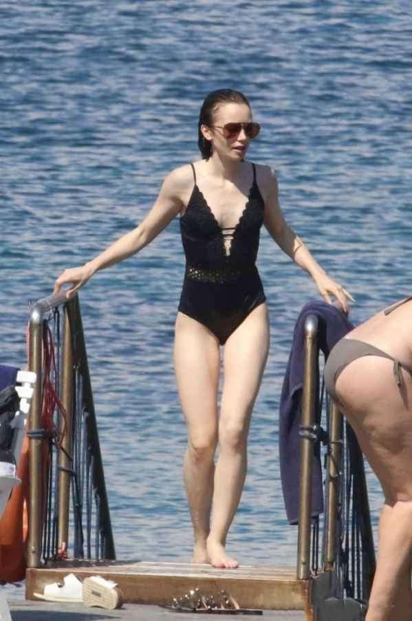 Lily Collin海边度假  黑色镂空连衣泳装十分惊艳