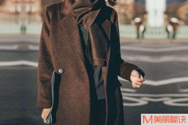 咖啡色外套搭配什么打底衫 咖啡色外套配什么裤子
