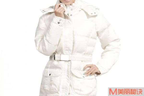白色羽绒服染色了怎么办 白色羽绒服洗白的小妙招