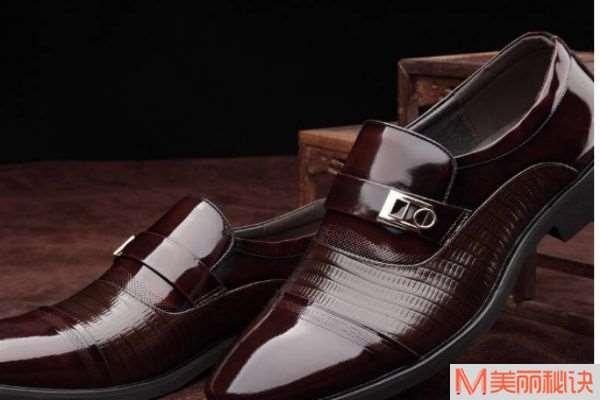 黑色的翻毛皮鞋怎么打理 翻毛皮鞋上的油渍怎么去掉