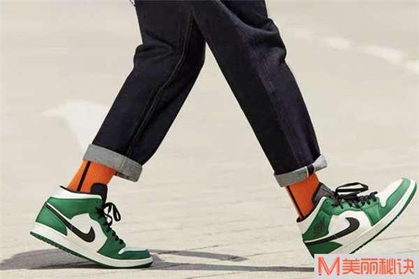 男生穿牛仔裤配什么鞋子好看 男生穿牛仔裤怎么搭配鞋子