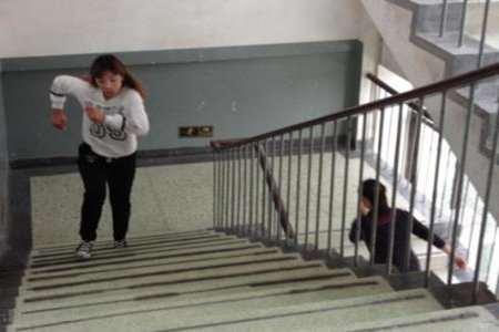 爬楼梯减肥的正确方法,3个爬楼梯的技巧降低膝盖的损伤
