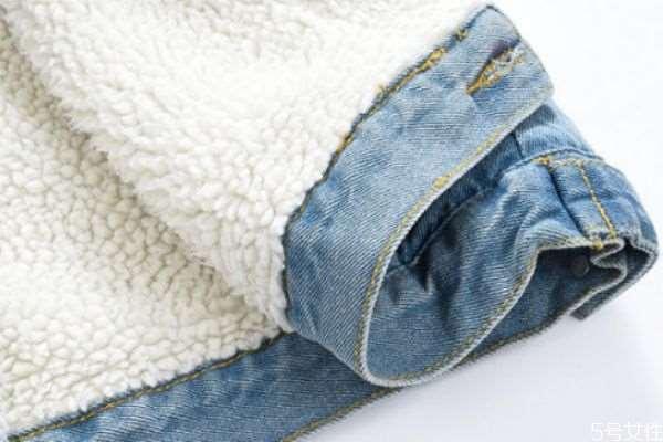 羊羔绒的衣服可以机洗吗 羊羔绒穿黑了怎么清洗